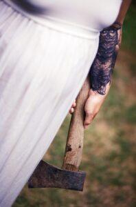 Sinister plaatje: vrouw in witte jurk met bijl in linkerhand