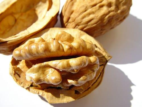 walnoot verstopt in een koekje
