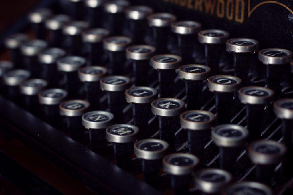 een woord maken met een ouderwetse typemachine
